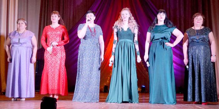 На сцене - вокально-хореографический коллектив «Малиновый звон».