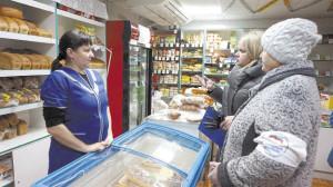 Заведующая отделом социально-экономического развития и торговли администрации района Наталья Попова (в центре) и председатель районного Совета ветеранов Александра Шишебарова (первая справа) проверяют качество товара в магазине Тимановского сельпо.