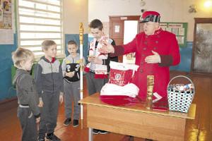 Встреча в Логдузе. Сергей Рычков поздравил с наступающим Новым годом учеников школы, угостил ребят сладостями и яблоками.