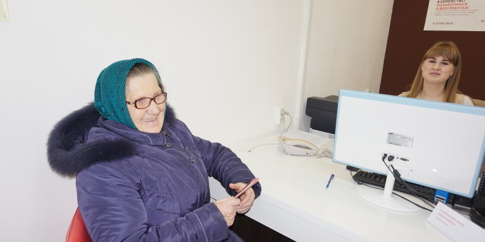 Загранпаспорт получает Валентина Козарчук.