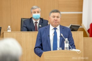 Губернатор Олег Кувшинников на сессии.