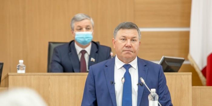 Губернатор Оленг Кувшинников на сессии.