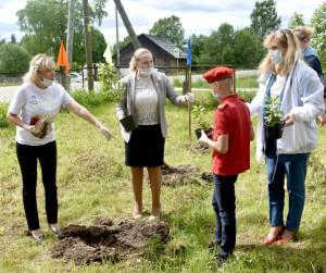 В руках у главы района Татьяны Жироховой - сирень из сада Беляевых. Ученики Миньковской школы пообещали, что будут ухаживать за посаженными кустами сирени.