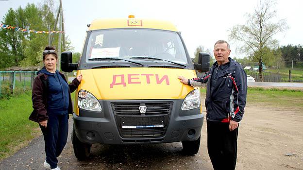 Директор Миньковской школы Марина Федюшина и водитель Николай Хоробрый рядом с новым автомобилем.