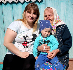 Ефросинья Чежина с внучкой Светланой Чебыкиной и правнуком Андреем.