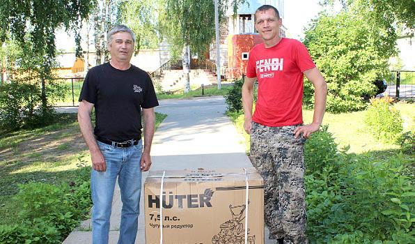 Житель поселка Ида Леонид Журавлев (слева) с другом Павлом Козловым 6 июля забрали главный подарок - мотоблок. Он отправился в семью Ларисы и Леонида Журавлевых.