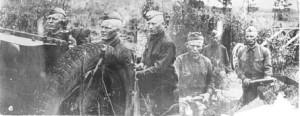 У артиллерийского орудия - братья Битюковы и их однополчанин.