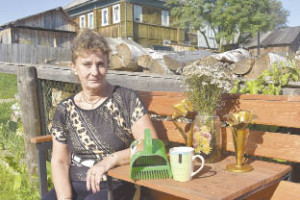 Надежда Алмакаева: «Ездили за грибами в Козлец. Места там очень понравились, вот мы у каждой елочки и фотографировались. Потом увидела на странице газеты конкурс и решила поучаствовать. Совсем не ожидала, что смогу выиграть, поэтому была приятно удивлена».