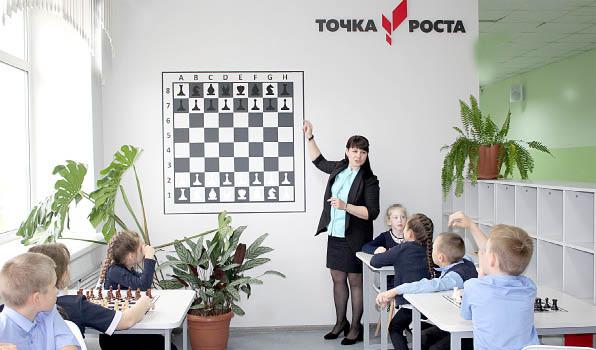 Педагог Жанна Порошина знакомит ребят с шахматами. Школьникам очень нравится, многие остаются и после уроков.
