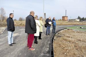 Члены комиссии, в том числе представитель строительного надзора Николай Новоселов (второй справа), отметили неполную готовность стадиона Бабушкинской школы к сдаче первого этапа ремонта.