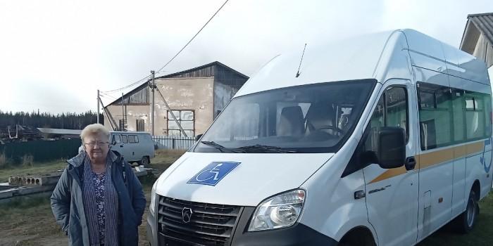 Директор КЦСОН Раиса Шеменюк около нового автомобиля.