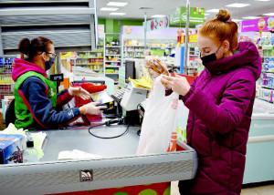 Все жители района обязаны носить маски для защиты органов дыхания в местах массового пребывания людей, в том числе и в магазинах!